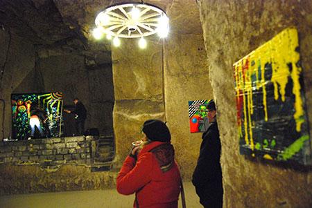 démonstration de peintures lors du vernissage à la cave monplaisir